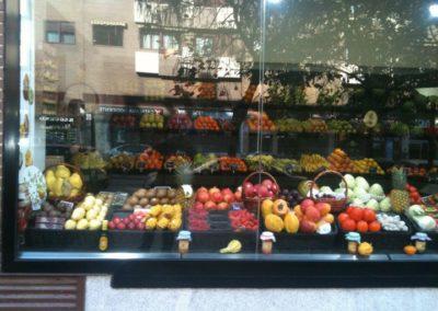 productos ecológicos frutas y verduras escaparate tienda