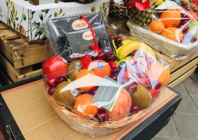 cesta de frutas en frutería Tropicana